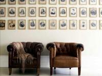 Семейные фотоснимки на стене квартиры