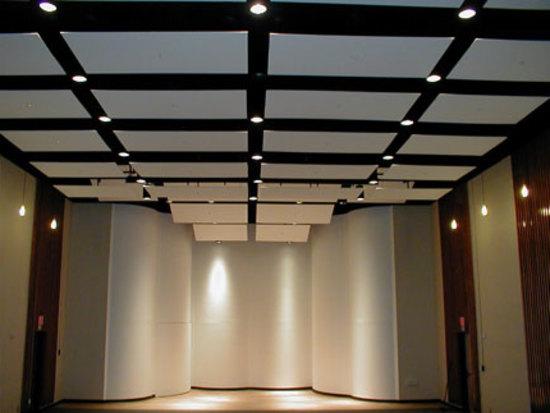 Чем хороши акустические потолки?