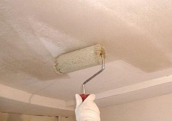 Секреты удаления побелки с потолка