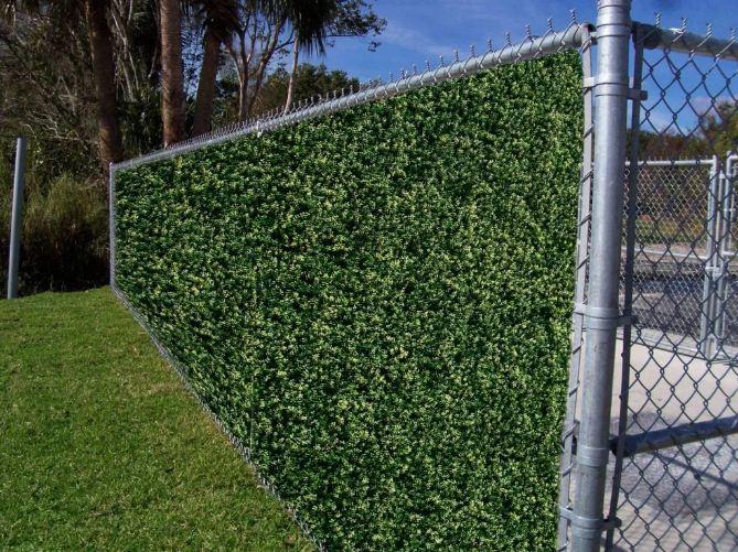 Забор из сетки-рабицы в ландшафтном дизайне